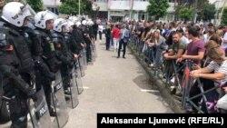 Policija i učesnici protesta u Budvi, 17. jun, 2020. (Foto: RFE)