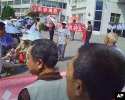 示威现场安全人员在戒备