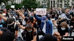 在美国纽约曼哈顿,抗议者们参加弗洛伊德的抗议集会。(2020年6月2日)