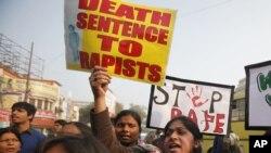 Sinh viên Ấn Độ biểu tình phản đối vụ cưỡng hiếp tàn bạo một phụ nữ ở New Delhi, 12/26/12