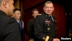 제임스 서먼 주한미군 사령관이 1일 한반도 군사현안에 대한 기자 설명회를 가진 후 기자들과 악수하고 있다.