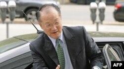 Novi predsednik Svetske banke, Džim Jong Kim u Vašingtonu pred sastanak u toj svetskoj organizaciji, 11. april 2012.