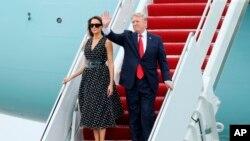 """El avión del Air Force One aterrizó sobre las 2.50 de la tarde, hora local y tras el saludo de rigor a unos cuantos simpatizantes desde la escalinata de parte de Trump y la Primera Dama, Melania Trump, la comitiva se dirigió hacia Mar-a-Lago residencia y club privado del magnate republicano en el sur de Florida y a la que llama su """"Casa Blanca de Invierno""""."""