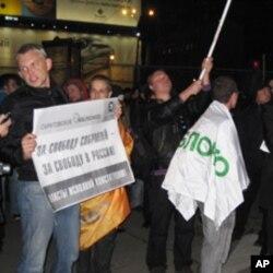 """参加集会的反对派成员, 标语牌上写着:""""争取自由集会,争取俄罗斯的自由"""""""