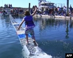 布斯湾渔民节活动之一:龙虾箱子跑步赛