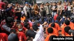 Kapolda Metro Jaya Irjen Unggung Cahyono memperlihatkan 93 tersangka kasus pencurian disertai kekerasan kepada media di Jakarta, 27 Februari 2015 (Foto: VOA/Andylala)