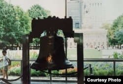 Chuông Tự do đặt trước Independence Hall (ảnh Bùi Văn Phú)