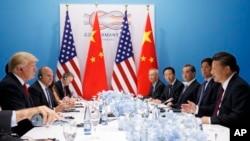 在20國集團漢堡峰會上,美國總統川普、國家安全事務助理麥克馬斯特等人同中國主席習近平、中共中央辦公廳主任栗戰書、外長王毅、國務委員楊潔篪等人會談(2017年7月8日)。