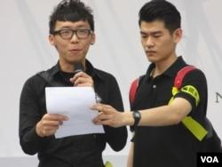 台灣大學城鄉研究所范同學(左一)(美國之音張永泰 拍攝)