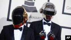 Duo DJ asal Perancis, Daft Punk, tiba di acara Grammy Awards 2014 di Staples Center, Los Angeles, Minggu (26/1). (AP/Jordan Strauss)