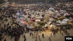 Para pengunjuk rasa bertahan dengan tendanya di lapangan Tahrir, Kairo sebagai bagian dari protes yang menyuarakan tuntutan dihapuskannya wewenang absolut Presiden Morsi (27/11).