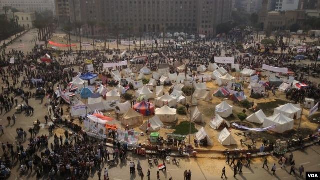 Manifestan anba tant sou Plas Tahrir la nan vil Lekèr, 27 novanm 2012. (Foto: J. Weeks/VOA)