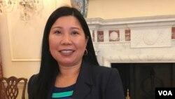 អ្នកស្រី Jennifer Yan ជយលាភីរង្វាន់ SOSA (The Secretary of State Award for Outstanding Volunteerism Abroad) នៅក្រសួងការបរទេសអាមេរិកក្នុងរដ្ឋធានីវ៉ាស៊ីនតោនកាលពីថ្ងៃទី២០ខែវិច្ឆិកាឆ្នាំ២០១៩។ (សាយ មុន្នី/VOA)