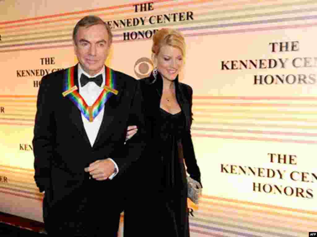 Ca sĩ Neil Diamond, một trong những người nhận giải, và bà vợ đến nhà hát Kennedy.