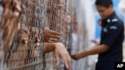Nhiều nạn nhân của nạn buôn người cố gắng để thoát khỏi điều kiện lao động cưỡng bức hoặc bóc lột tình dục trong các trại giam di dân không có điều kiện trợ giúp pháp lý, tư vấn, hoặc chăm sóc y tế.
