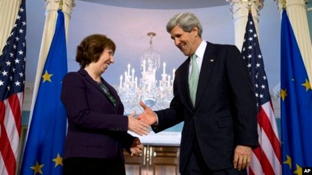 Visoka predstavnica EU Ketrin Ešton rukuje se sa državnim sekretarom Džonom Kerijem uoči sastanka u Stejt dipartmentu