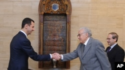 Sirijski predsednik Bašar al-Asad rukuje se sa izaslanikom UN i Arapske lige Lakdarom Brahimijem, pre početka jučerašnjih razgovora u Damasku