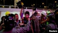 Los peores enfrentamientos ocurrieron en la noche en un centro comercial hacia donde huyeron cientos de manifestantes luego de que la policía removió las barricadas.