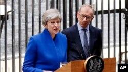 英國首相特雷莎.梅在唐寧街10號首相府外向記者宣佈組閣