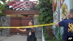 Polisi Filipina mengamankan lokasi terjadinya penembakan yang menewaskan dua diplomat China, di restoran 'Lighthouse' di Cebu City, Filipina hari Rabu (21/10).