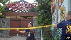 菲律賓警察在宿務封鎖中國外交官被槍殺案的現場。(2015年10月21日)