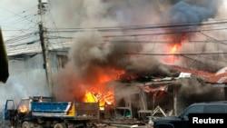 5일 코토바타시에서 일어난 차량 폭탄공격으로 주변 건물이 불길에 휩쌓였다.