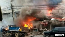 Nhà cửa chìm trong lửa sau một vụ đánh bom ở trung tâm thành phố Cotabato ở miền nam Philippines, ngày 5/8/2013.