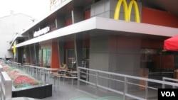 Waralaba cepat saji McDonald's menutup semua restorannya di Inggris dan Irlandia mulai Senin 23/3 (foto: dok).