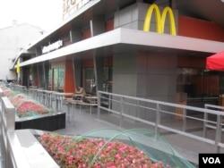 资料照: 莫斯科普希金广场的麦当劳旗舰店。(2014年8月)