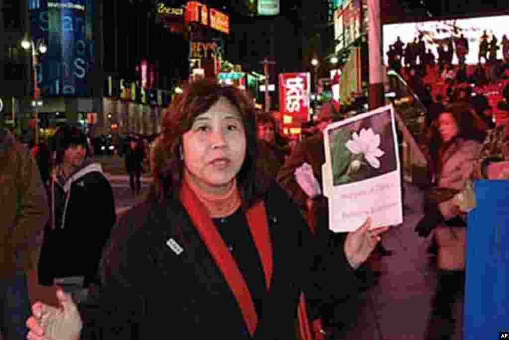 吕京花向路人解释为什么他们生援中国的茉莉花革命