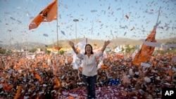 Umukandida, Keiko Fujimori mw'isinzi ry'abanywanyi biwe mu bihe vyo kwiyamamaza, ku murwa mukuru Lima wa Peru.