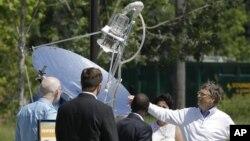 """Ông Bill Gates, phải, xem xét thiết bị sử dụng năng lượng mặt trời để xử lý chất thải, khi đang dự cuộc triển lãm """"Thiết kế lại bàn cầu"""" ở Seattle, 14/8/2012"""