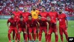 Les joueurs de l'équipe nationale de la Turquie posent pour les photographes avant leur match de qualification pour l'Euro 2016 contre les Pays-Bas au stade Buyuksehir Torku Arena à Konya, Turquie, 6 septembre 2015.