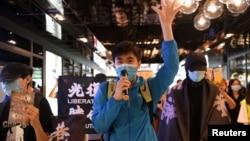 香港支持民主的抗議者利用午餐時間在皇后路商場舉旗示威。(2020年6月12日)