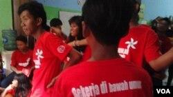 Anak-anak putus sekolah di Yayasan Sekar, Jakarta, Senin, 23 juni 2014, berharap dapat mengubah nasib ke arah lebih baik dengan cara bersekolah (Foto: VOA/Iris Gera)