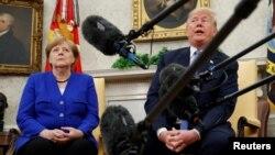 Le président américain Donald Trump rencontre la chancelière allemande Angela Merkel dans le bureau ovale à Washington, le 27 avril 2018.