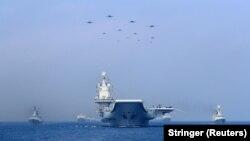 Kapal perang dan pesawat tempur Tentara Pembebasan Rakyat China (PLA) berpartisipasi dalam unjuk kekuatan militer di Laut China Selatan, 12 April 2018. (Foto: Reuters)