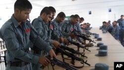 Pasukan keamanan Afghanistan berlatih menggunakan senjata di Lashkargah, provinsi Helmand (foto: dok).