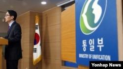 임병철 한국 통일부 대변인이 29일 브리핑에서 개성공단 임금 문제 등에 대한 입장을 밝히고 있다.