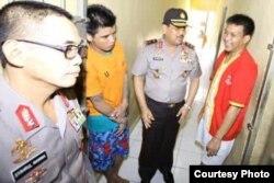 Muhammad Arsyad (paling kanan), aktivis anti-korupsi diadili di PN Makassar karena dituduh melanggar UU ITE dengan menulis pesan bernada pencemaran nama baik di Blackberry Messenger (Mei 2014).