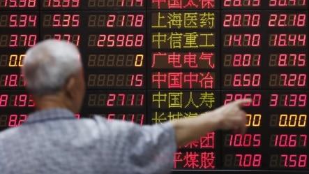 一上海股民观看股价走势
