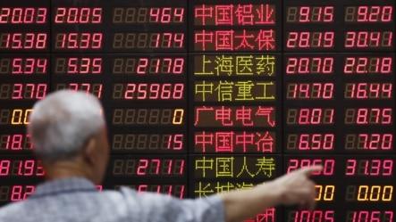 一位投资者在上海的一家股票经纪公司观看股价显示屏。(2015年6月30日)