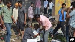 Một người đàn ông khóc người thân thiệt mạng trong vụ nổ tại Petlawad, bang Madhya Pradesh, ngày 12/9/2015.