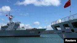 2014年6月24日环太平洋国家海军演习中中国海军补给舰千岛湖号(左)驶过和平方舟医院船