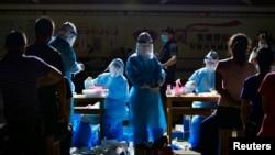 资料照:云南医护人员在与缅甸接壤的边境城市瑞丽的一个居民区进行新冠病毒核酸检测。(2020年9月16日)