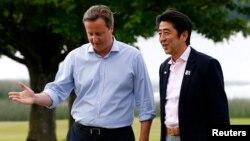 El primer ministro de Gran Bretaña, David Cameron, recibe al primer ministro de Japón, Shinzo Abe, para iniciar la cumbre de los mandatarios del G-8.