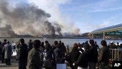 화염에 싸인 연평도를 바라보는 남한 주민들