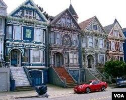 Rumah-rumah unik bergaya zaman Victoria di kawasan Haight-Ashbury, yang menjadi ciri khas kota San Fransisco.