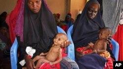 Dua orang ibu menggendong bayinya yang kurang gizi - akibat bencana kekeringan parah di Somalia selatan - di sebuah kamp pengungsi di Mogadishu, Somalia akhir bulan lalu (foto: dok).