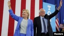 Senator Berni Sanders (o'ngda) prezidentlik uchun nomzod Hillari Klinton bilan, Nyu-Gempshir, 12-iyul, 2016-yil.